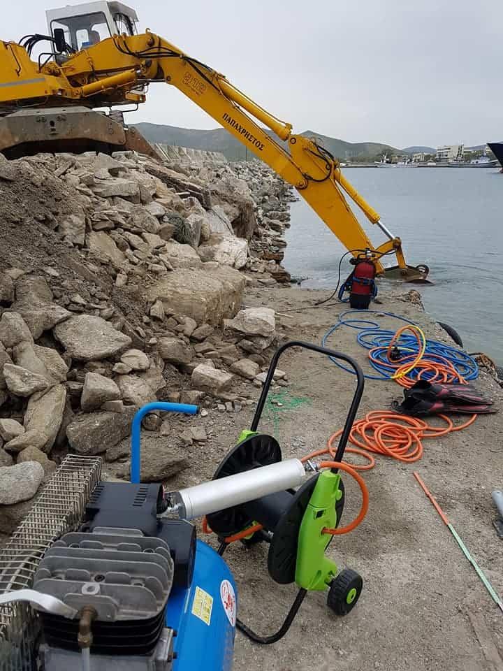 εργαλεία καταδυτικού συνεργείου για την επισκευή του λιμανιού στην Κάρυστο