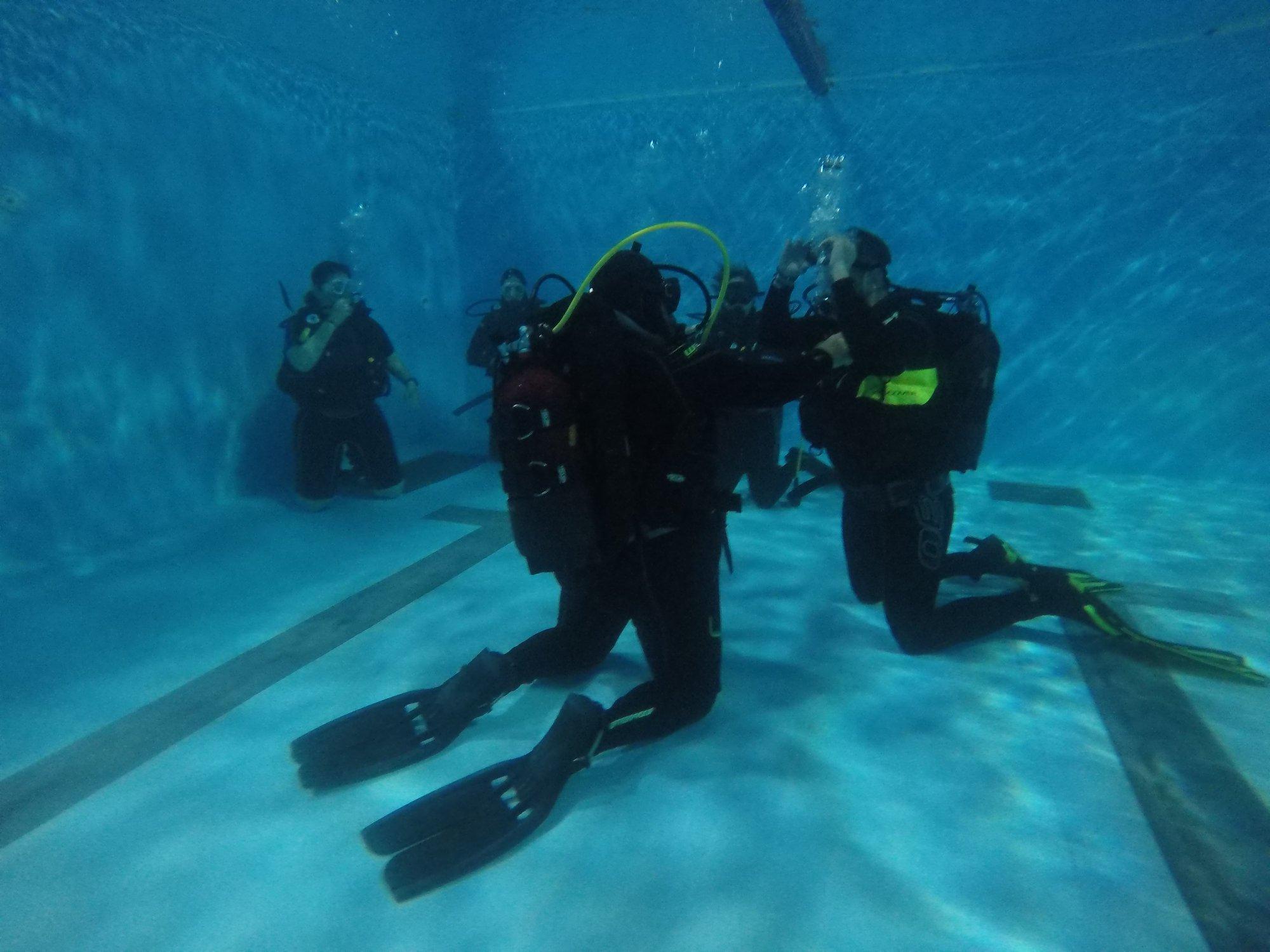 σχολείο καταδύσεων σε πισίνα απο intermare divers