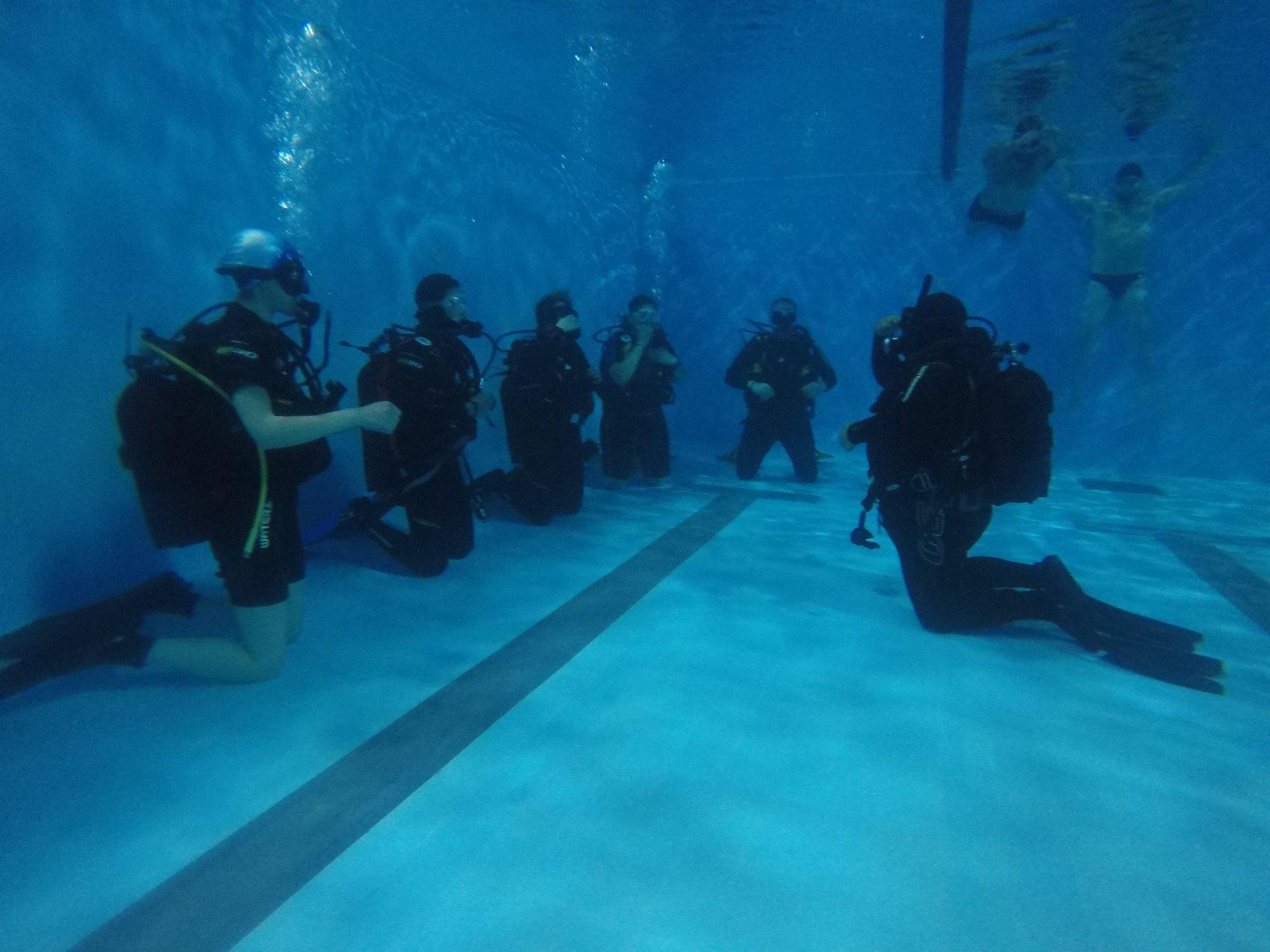 μαθήματα καταδύσεων σε πισίνα απο intermare divers